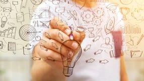 Представление проекта рукописи чертежа бизнесмена с ручкой Стоковое Изображение RF