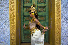 Представление танцора Apsara в виске стоковые изображения rf