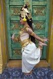 Представление танцора Apsara в виске стоковое изображение rf