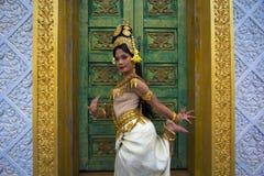 Представление танцора Apsara в виске стоковое изображение