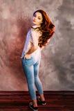 Представления девочка-подростка для в портретов студии Стоковые Фото