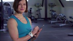 Представления женщины фитнеса на спортзал сток-видео