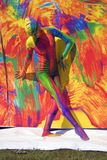 Представления женщины для fotos на красочной предпосылке Стоковая Фотография RF