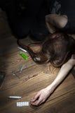 Представления молодой женщины как обморочный наркоман лекарства Стоковое фото RF