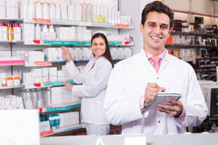 Представлять аптекаря и техника фармации Стоковая Фотография RF