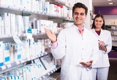 Представлять аптекаря и техника фармации Стоковое Изображение RF
