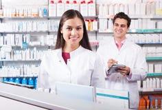 Представлять аптекаря и техника фармации Стоковые Изображения RF