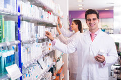 Представлять аптекаря и техника фармации Стоковая Фотография