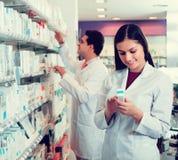 Представлять аптекаря и техника фармации Стоковые Изображения