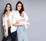 Представлять девушки 2 близнецов сестер, делая selfie фото, одел такие же Стоковые Изображения