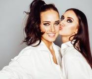 Представлять девушки 2 близнецов сестер, делая selfie фото, одел такие же Стоковые Фото