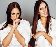 Представлять девушки 2 близнецов сестер, делая selfie фото, одел такие же Стоковое Фото