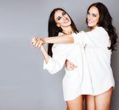 Представлять девушки 2 близнецов сестер, делая selfie фото, одел такую же белую рубашку, разнообразные друзей стиля причёсок, обр Стоковое фото RF