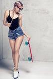 Представлять девушки конькобежца модный Стоковые Фото