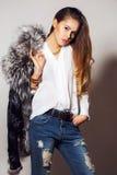 Представлять девушки модельный в студии на серой предпосылке Стоковая Фотография RF