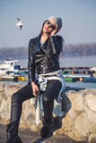 Представлять девушки модный на речном береге Стоковая Фотография RF