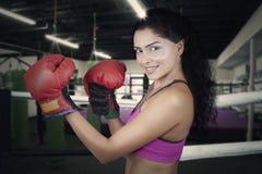 Представлять женщины готовый для того чтобы поразить в кольце Стоковые Фотографии RF