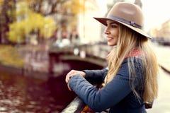 Представлять женщины модельный в улице Стоковое Изображение RF