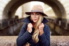 Представлять женщины модельный в улице Стоковые Фотографии RF