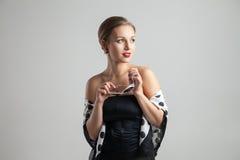 Представлять женщины молодого ретро дизайна кавказский стоковое изображение