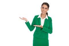 Представлять изолированную коммерсантку в зеленом костюме представляя новый p стоковое изображение