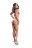 Представлять конкурента фитнеса бикини женщины Стоковое Изображение RF