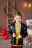 Представлять красивого битника предназначенный для подростков с красным baloon сердца в студии Молодой человек в желтой рубашке и стоковое фото