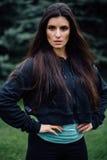 Представлять красивой женщины спортсмена брюнет фитнеса отдыхая после разрабатывает работать на парке Стоковые Изображения RF