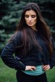 Представлять красивой женщины спортсмена брюнет фитнеса отдыхая после разрабатывает работать на парке Стоковое фото RF