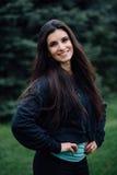 Представлять красивой женщины спортсмена брюнет фитнеса отдыхая после разрабатывает работать на парке Стоковые Фото