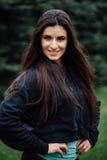 Представлять красивой женщины спортсмена брюнет фитнеса отдыхая после разрабатывает работать на парке Стоковая Фотография