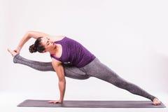 Представлять молодой красивой йоги женский Стоковые Изображения RF