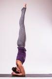 Представлять молодой красивой йоги женский Стоковые Изображения