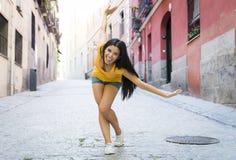 Представлять молодой привлекательной латинской женщины счастливый и excited на современном городском европейском городе стоковое изображение rf