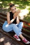 Представлять опоясанный битником ел большой сандвич Стоковые Изображения
