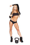 Представлять сексуального фитнеса модельный с kettlebell Стоковая Фотография RF