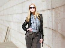 Представлять стильной девушки модельный в городе Стоковая Фотография RF