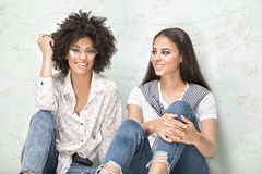 Представлять 2 счастливый Афро-американский девушек Стоковая Фотография RF