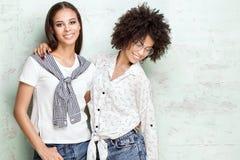Представлять 2 счастливый Афро-американский девушек Стоковое фото RF
