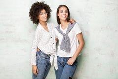 Представлять 2 счастливый Афро-американский девушек Стоковая Фотография