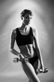 Представлять фитнеса модельный с весами стоковая фотография rf