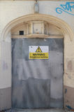Предупреждающий опасный знак здания Стоковое Фото