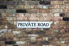 Предупреждение знака частной дороги trespassing на стене Стоковые Фото