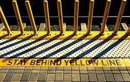 Предупреждение на железнодорожной платформе Стоковые Изображения