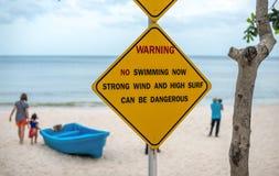Предупредительный знак, делает не плавающ на пляже Стоковые Фото