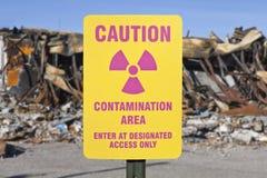 Предупредительный знак зоны загрязнения с руинами стоковое изображение rf