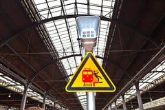 Предупредительный знак и диктор стоковые фотографии rf