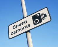 Предупредительный знак камеры скорости против голубого неба Стоковые Изображения RF