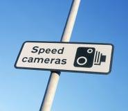 Предупредительный знак камеры скорости против голубого неба Стоковое фото RF