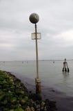 Предупредительный знак на береге моря Стоковые Изображения